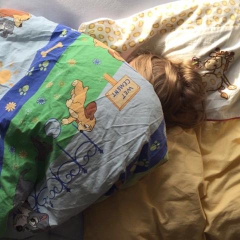 Fieberndes Kind schläft