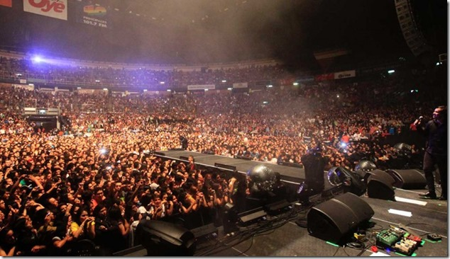 Palacio de los Deportes personas viendo el escenario en concierto