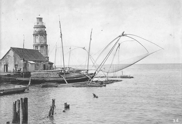 Aspecto descuidado en el faro del rio Pasig. John T. Pilot Collection Photostream. Flickr. Comienzos del siglo XX.jpg