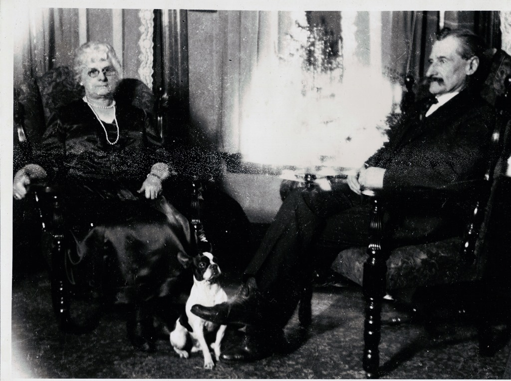 [GOULD_William+and+his+wife+Mae+Thorp+and+their+dog%5B4%5D]