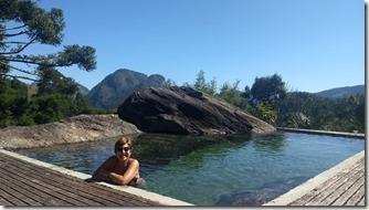 Gleidys na água gelada da piscina natural