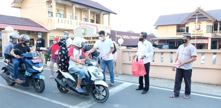 Dipimpin KBO Sat Intelkam, Personil Polres Soppeng Bagi-Bagi Takjil di Bulan Ramadhan