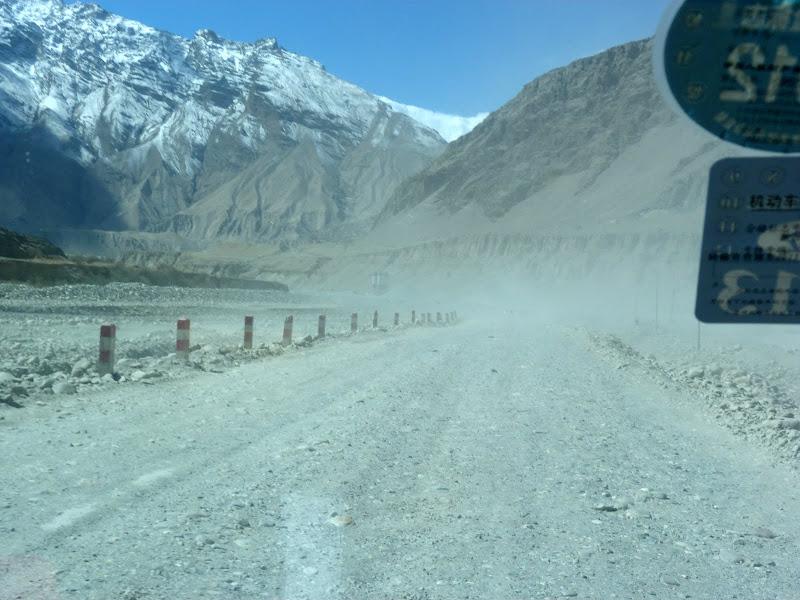 XINJIANG. Karakoram Highway, lune des plus haute route au monde, en passant a 4400 m - P1280476.JPG