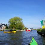 098-We paddelen de Lange Vliet af om  in het mooie plaatsje Workum aan te landen.