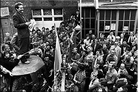 Lech Walesa, líder del sindicato polaco Solidaridad, se dirige a los trabajadores en huelga de los astilleros de Gdansk el 8 de agosto de 1980. / REUTERS