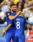Dimitri Payet (j) és csapattársa, Olivier Giroud a franciaországi labdarúgó Európa-bajnokság Franciaország-Románia mérkőzésén 2016. június 10-én, az Eb nyitónapján. A házigazda franciák 2-1-re nyertek. (MTI Fotó: Illyés Tibor)