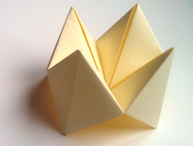 """de papel forrada con figuras de papel, usaremos los """"comecocos"""