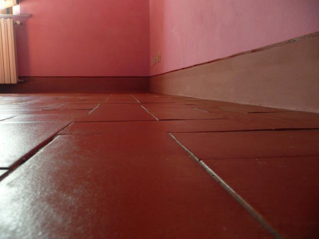 pareti rosa, pavimento in cotto, casa rustica