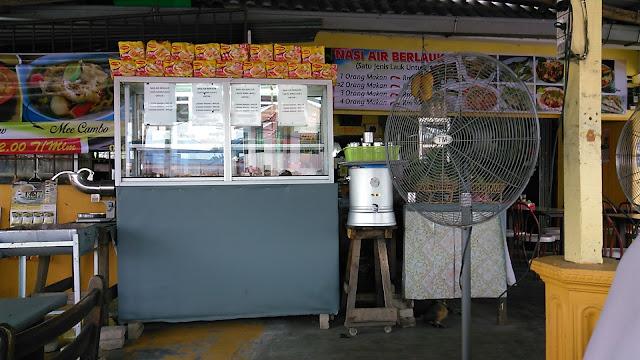 gambar rak makanan di sebelah kipas angin