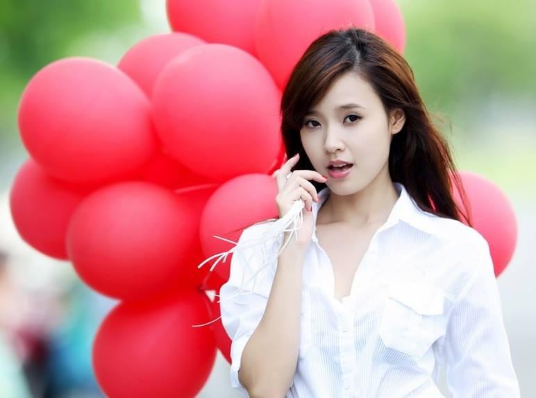 Girl xinh cầm chùm bóng bay đỏ