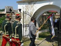 39 A zászlót körbehordják, kiviszik a faluba és a temetőbe.jpg