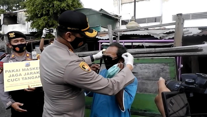 Tekan Penyebaran Covid-19 Polres Klaten Bagikan 1000 Masker Kepada Warga Tak Bermasker