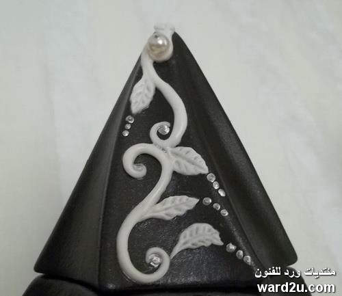 زخارف نباتية من عجينة السيراميك على فخاراتى السوداء