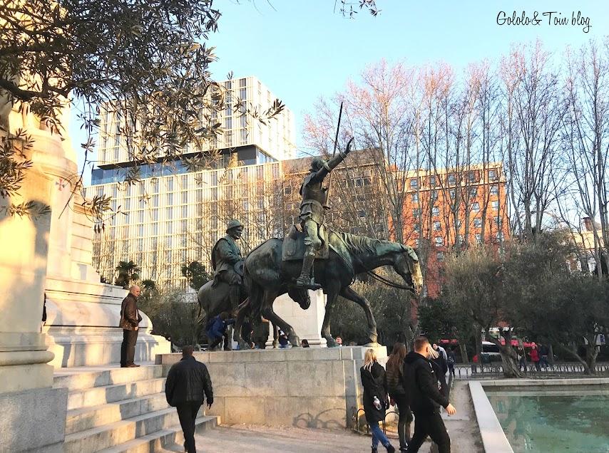 Don Quijote y Sancho en la plaza de España de Madrid