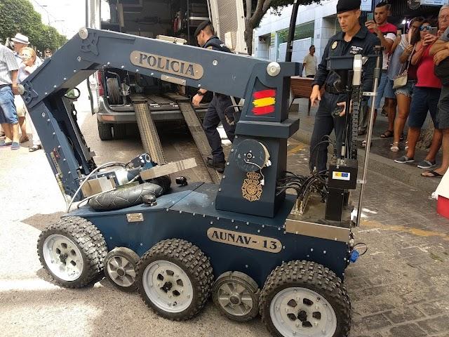 El robot de los Tedax, esta mañana en el Paseo de Almería.