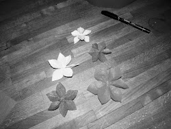 Kiedy już płatki są pozszywane należy je złożyć jeden na drugi, tak aby utworzyły kwiat i porozszerzać płatki - trochę powyginać, to w jedną to w drugą stronę, tak, żeby wam się podobało.