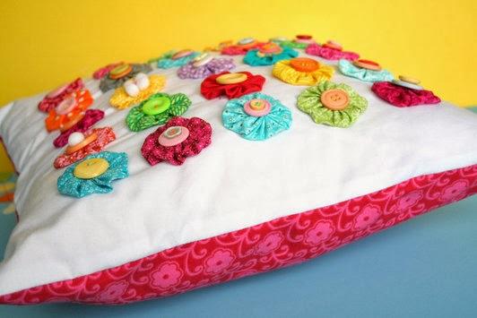 Almofada decorada com fuxicos