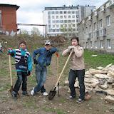 Артем, Кирилл и, Дима (6а 9 лицей) художественные строители дорожки из гравия