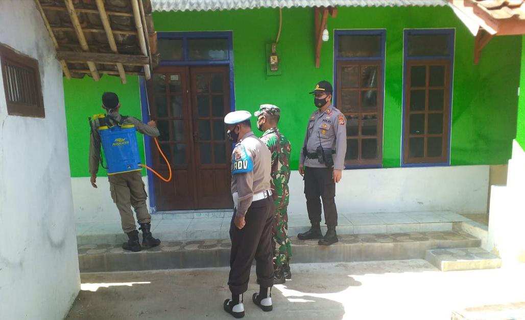 Polsek Panyingkiran bersama Unsur Muspika Menggelar Penyemprotan Disinfektan di Desa Leuwiseeng