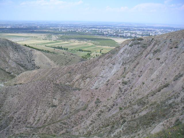 Un biotope sec (lycènes et satyridae) : Orto-Saj (alt. 1000 m). À l'arrière-plan, la ville de Bishkek (ex-Frounzé). 19 juillet 2006. Photo : F. Michel