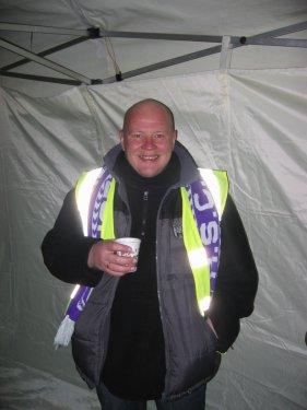 Danny, voorzitter van KWB Gooik & Strijland geniet van zijn choco en ziet dat het goed is.