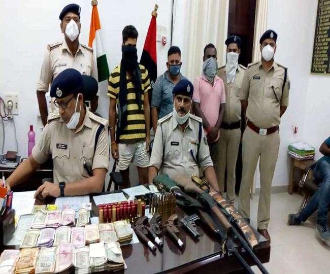 छह अवैध हथियार और छह लाख रुपये के साथ तीन बदमाशाें को पुलिस ने किया गिरफ्तार