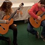 85: Estudiantes, probando las guitarras.