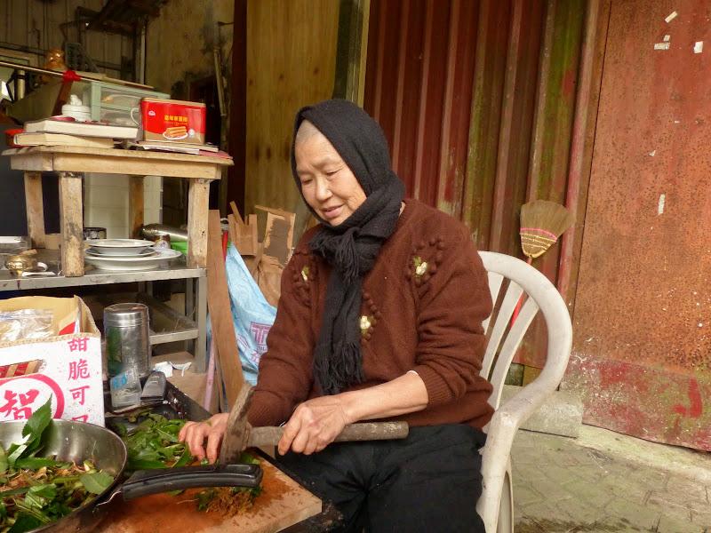 Nonne en train de se préparer un remède de son cru pour soigner ses rhumatismes