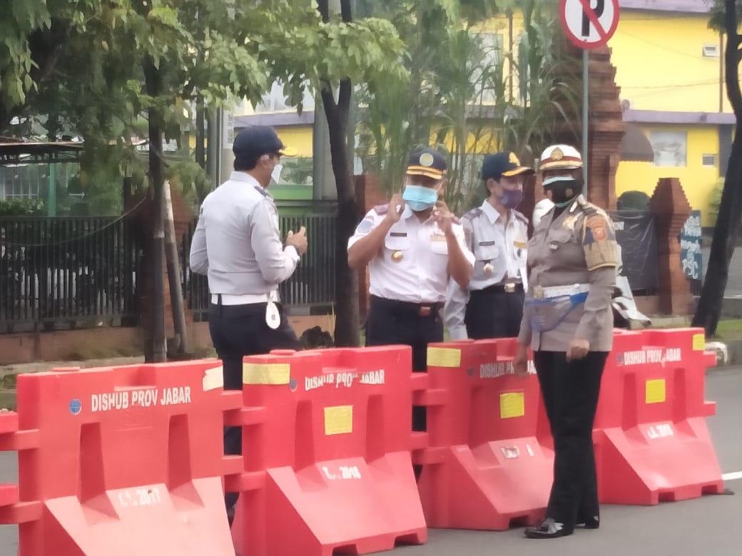 Kurangi Resiko Laka Lantas, Polres Cirebon Kota Polda Jabar Pasang Water Barrier
