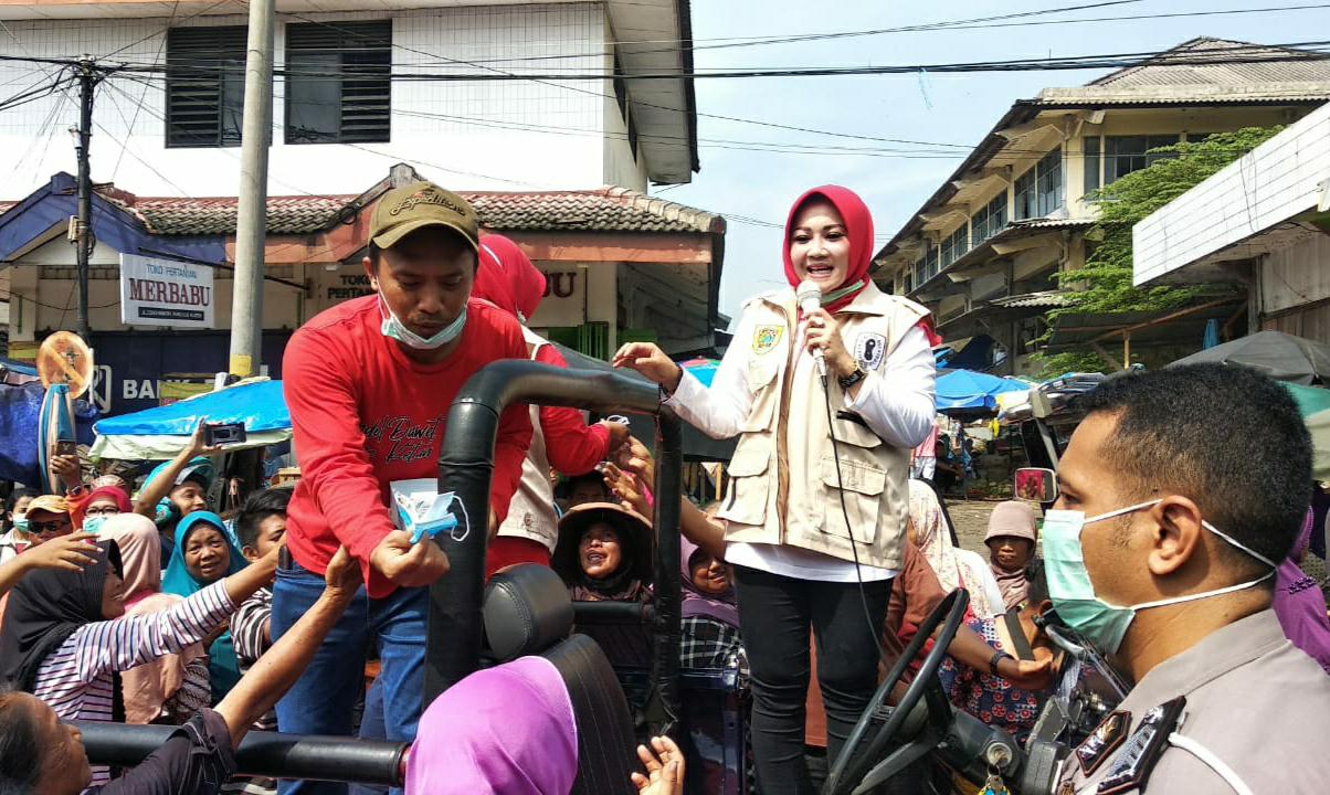 Perangi Wabah Virus Corona Pemkab Klaten Bagikan Hand Sanitizer dan Masker di Pasar Tradisional
