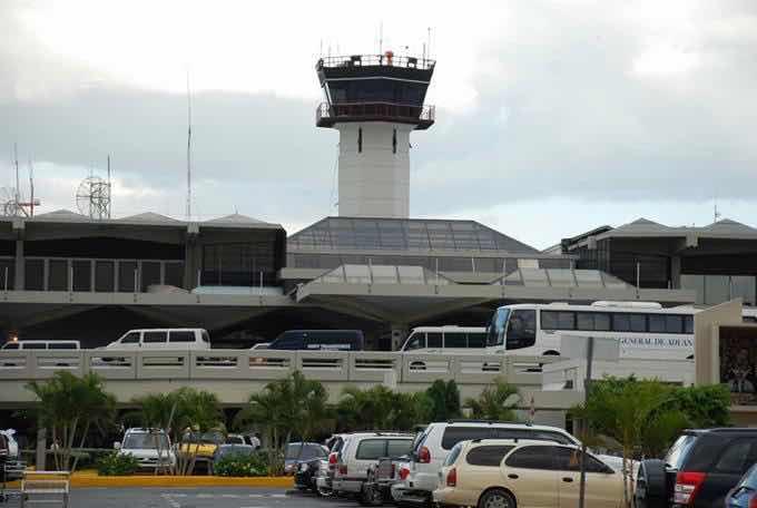Asaltan a 4 personas en el parqueo del aeropuerto de Las Américas
