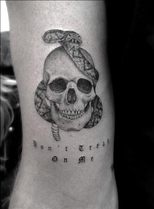 este_significativo_de_cobra_e_o_crnio_de_tatuagem