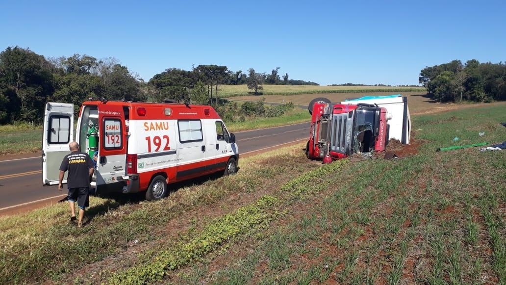 Manoel Ribas: Motorista perde o controle e tomba caminhão na PR-466