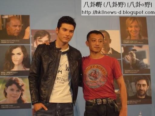 《女朋友。男朋友》的導演楊雅喆(右)、演員鳳小嶽帥氣出席入圍記者會。(圖/公關照)