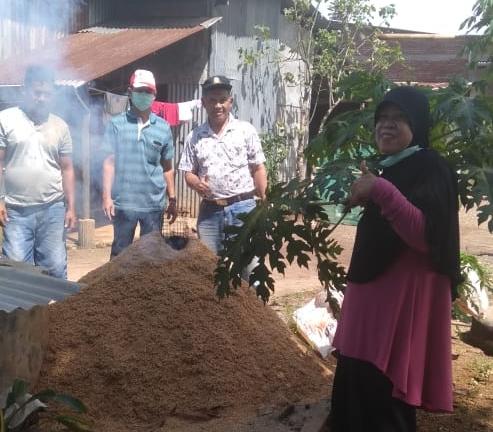 Bina Petani Manfaatkan Limbah Pertanian, Alumni Faston Edukasi Petani Membuat Arang Sekam