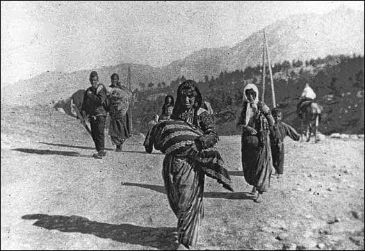 genocidio armeni, famiglia scalza nel deserto