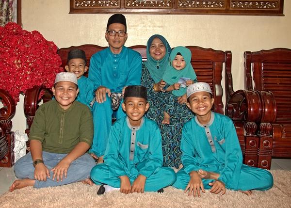 gambar keluarga di pagi sambutan hari raya