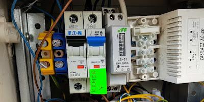 Skrzynka elektryczna przy wejściu do domu