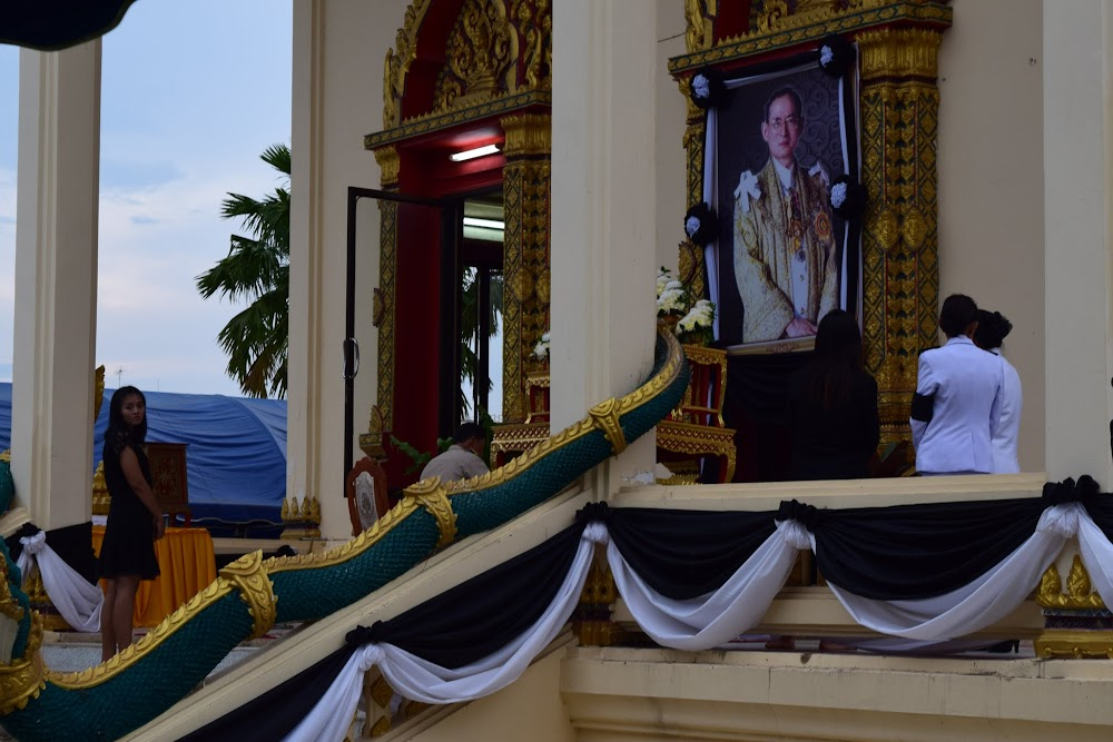 They are having a big ceremony, apparently dedicated to King Bumibol... there are a lot of government people and others dressed in black and white, paying their last respects...