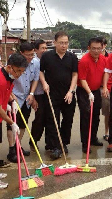 Pemimpin MCA berlakon sapu selut?