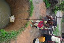 Jakmile už je voda na dohled, ženy se ji hned snaží použít. Voda ještě není pitná, a tak se s ní alespoň myjí nebo zalévají. (Foto: Marcela Janáčková, ČvT)