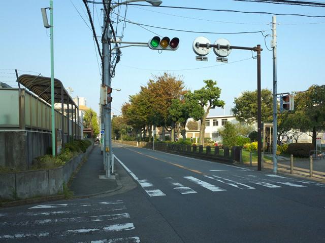 岡野中学校と岡野公園をすぎた交差点。ここを曲がってお店へ向かう。
