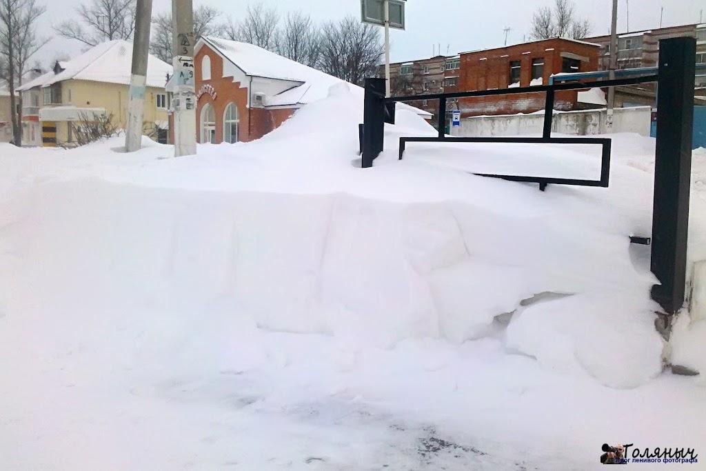 Примерный слой снега, выпавший на эти выходные. На мой взгляд около 60 см и это на ровном месте...