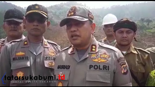 Kapolres Sukabumi AKBP Nasriadi pompin Doa bersama dilokasi bencana longsor Cisolok Sukabumi / Foto : Isep Panji (7/1/2019).