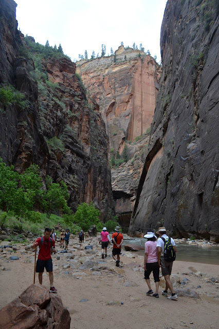 many people still strolling up the canyon