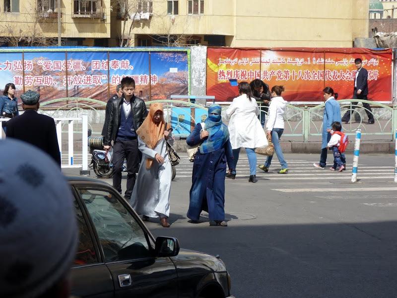 XINJIANG. Urumqi, Grand Bazar, 8 avril - P1270308.JPG
