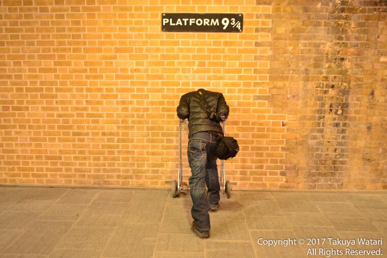ロンドンのキングスクロス駅にある9と4分の3番線。ハリーポッターという映画に出てくるシーンのように壁をすり抜けてるように見える