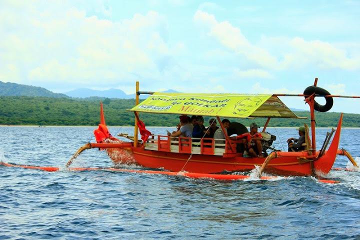 Kapal nelayan yang digunakan menuju Pulau Menjangan