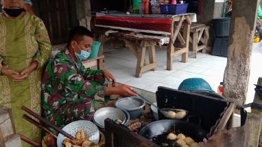 Wujud Kemanunggalan TNI dengan Rakyat di Warung Gorengan