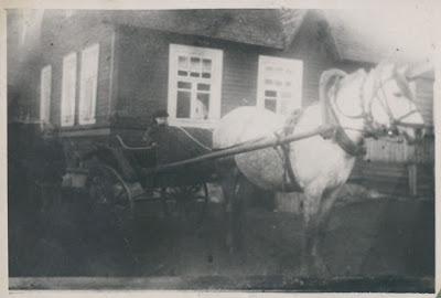 Перед домом Фароновых(фото из архива И.Г. Фаронова)
